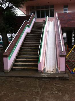 27.園舎入り口脇の階段横のすべり台の下.jpg